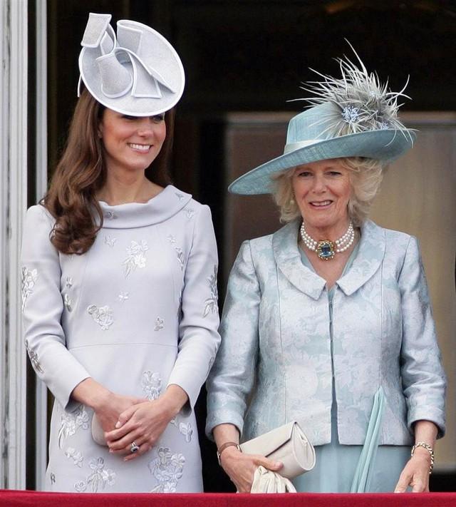 Từng giản dị đến mức nhàm chán, bà Camilla đã thay đổi phong cách thế nào để lọt top 30 nhân vật mặc đẹp nhất nước Anh? - Ảnh 10.