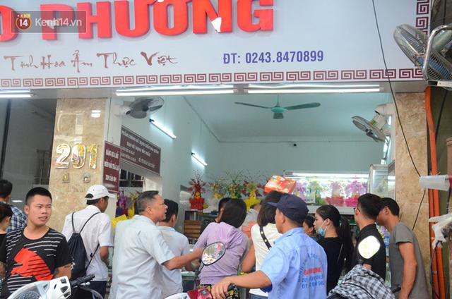 Chùm ảnh: Người Hà Nội xếp hàng dài chờ mua bánh Trung Thu Bảo Phương, đường phố tắc nghẽn - Ảnh 1.