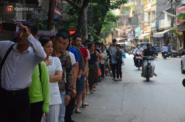 Chùm ảnh: Người Hà Nội xếp hàng dài chờ mua bánh Trung Thu Bảo Phương, đường phố tắc nghẽn - Ảnh 2.