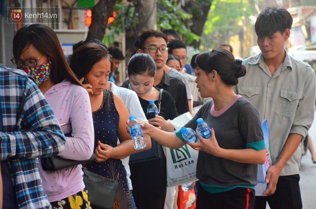Chùm ảnh: Người Hà Nội xếp hàng dài chờ mua bánh Trung Thu Bảo Phương, đường phố tắc nghẽn - Ảnh 13.