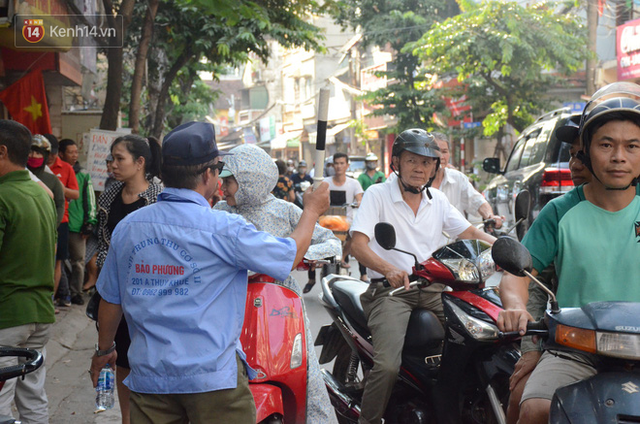 Chùm ảnh: Người Hà Nội xếp hàng dài chờ mua bánh Trung Thu Bảo Phương, đường phố tắc nghẽn - Ảnh 16.