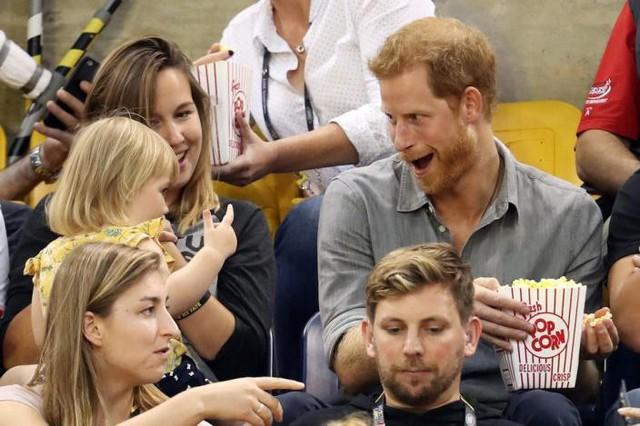 Những bức ảnh tiết lộ một cuộc sống của Hoàng gia Anh thực sự diễn ra như thế nào đằng sau vẻ ngoài hào nhoáng - Ảnh 21.