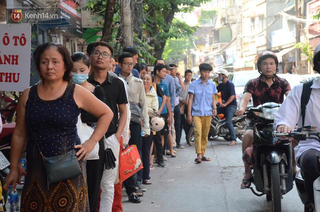 Chùm ảnh: Người Hà Nội xếp hàng dài chờ mua bánh Trung Thu Bảo Phương, đường phố tắc nghẽn - Ảnh 4.