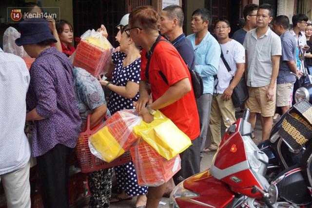 Chùm ảnh: Người Hà Nội xếp hàng dài chờ mua bánh Trung Thu Bảo Phương, đường phố tắc nghẽn - Ảnh 9.