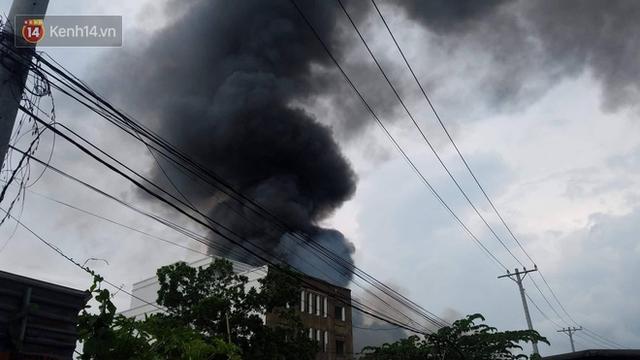 Cháy lớn ở quận 12, cột khói đen kịt bốc cao suốt một giờ đồng hồ khiến người dân hoảng hốt - Ảnh 10.