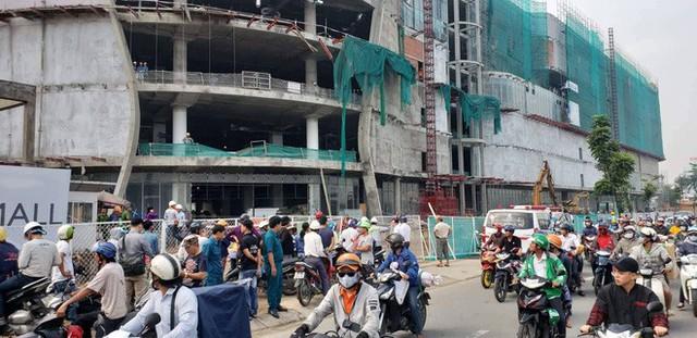Rơi từ công trình trung tâm thương mại ở Sài Gòn, 3 công nhân nằm bất động - Ảnh 1.