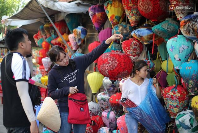 Nghề làm đèn lồng truyền thống ở phố cổ Hội An tất bật những ngày cận Trung thu - Ảnh 10.