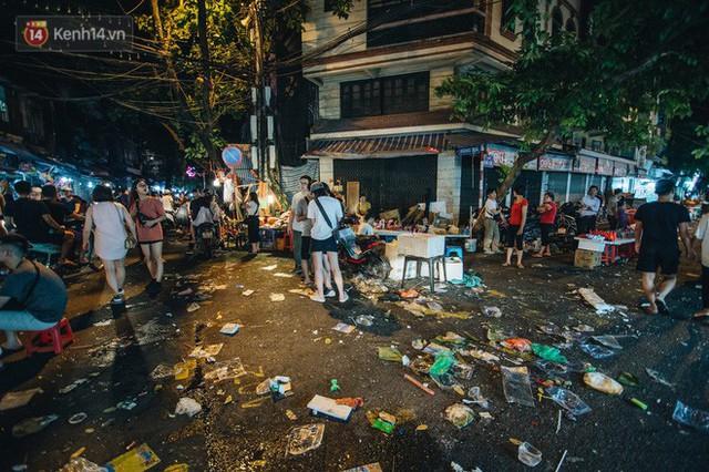 Chùm ảnh: Chợ Trung thu truyền thống ở Hà Nội ngập trong rác thải sau đêm Rằm tháng 8 - Ảnh 2.