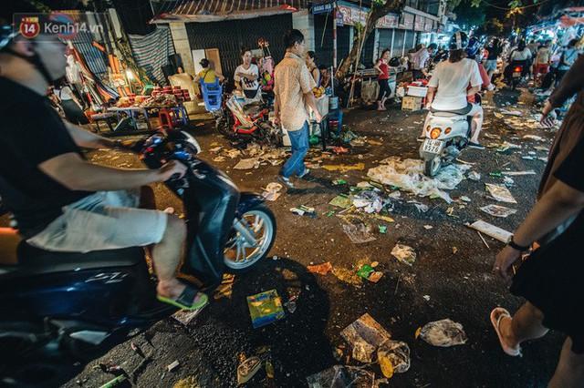 Chùm ảnh: Chợ Trung thu truyền thống ở Hà Nội ngập trong rác thải sau đêm Rằm tháng 8 - Ảnh 3.