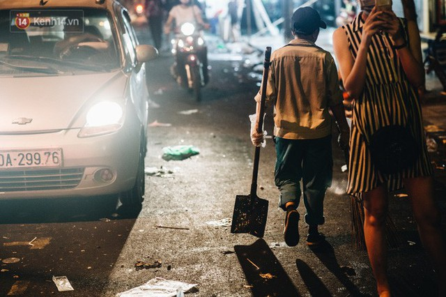 Chùm ảnh: Chợ Trung thu truyền thống ở Hà Nội ngập trong rác thải sau đêm Rằm tháng 8 - Ảnh 12.