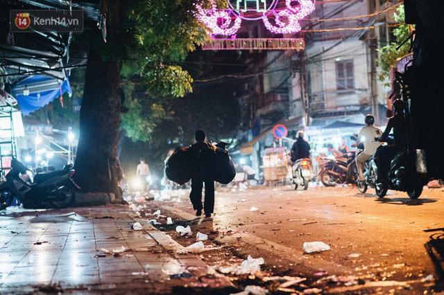 Chùm ảnh: Chợ Trung thu truyền thống ở Hà Nội ngập trong rác thải sau đêm Rằm tháng 8 - Ảnh 15.