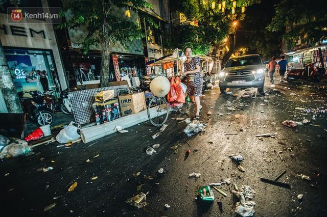 Chùm ảnh: Chợ Trung thu truyền thống ở Hà Nội ngập trong rác thải sau đêm Rằm tháng 8 - Ảnh 4.