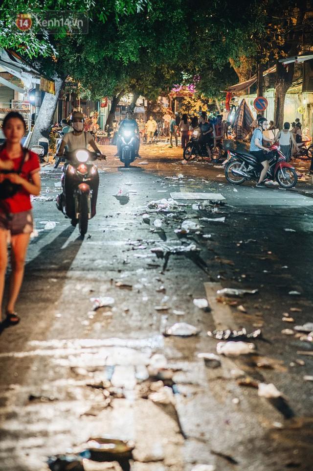 Chùm ảnh: Chợ Trung thu truyền thống ở Hà Nội ngập trong rác thải sau đêm Rằm tháng 8 - Ảnh 5.