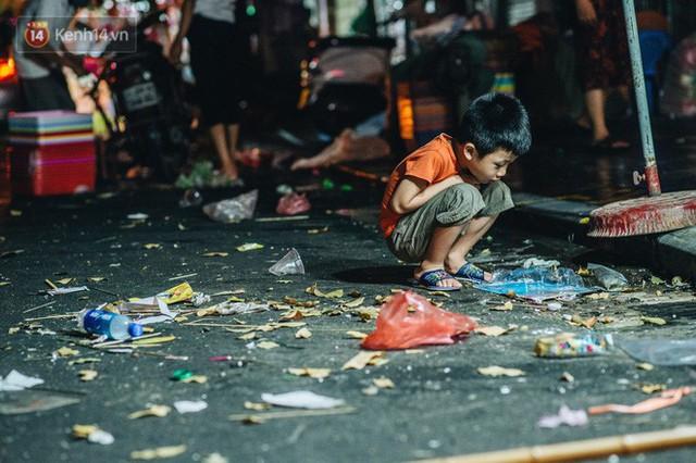 Chùm ảnh: Chợ Trung thu truyền thống ở Hà Nội ngập trong rác thải sau đêm Rằm tháng 8 - Ảnh 6.
