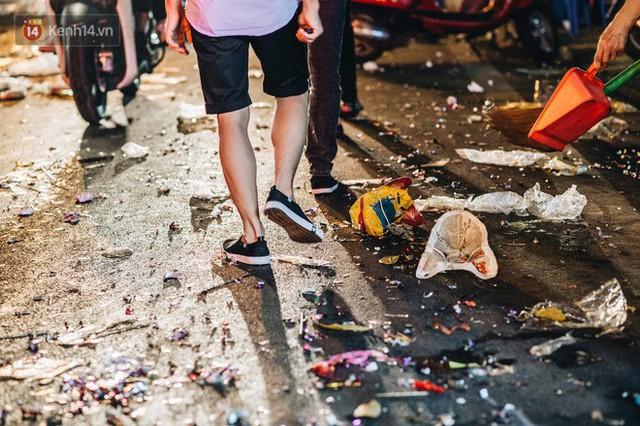 Chùm ảnh: Chợ Trung thu truyền thống ở Hà Nội ngập trong rác thải sau đêm Rằm tháng 8 - Ảnh 8.