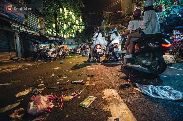 Chùm ảnh: Chợ Trung thu truyền thống ở Hà Nội ngập trong rác thải sau đêm Rằm tháng 8 - Ảnh 9.