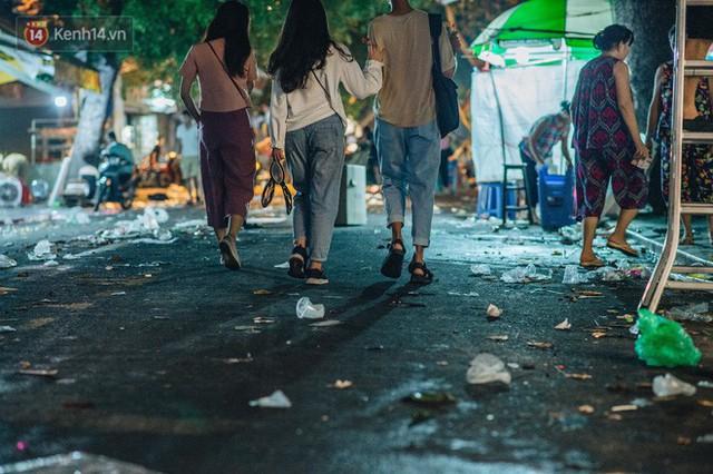 Chùm ảnh: Chợ Trung thu truyền thống ở Hà Nội ngập trong rác thải sau đêm Rằm tháng 8 - Ảnh 11.