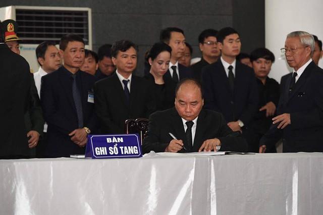 Tổng Bí thư Nguyễn Phú Trọng ghi sổ tang: Xin kính cẩn nghiêng mình trước anh linh Đồng chí Trần Đại Quang - Ảnh 1.