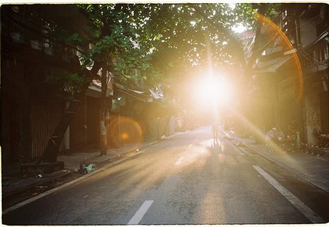 Có một Hà Nội rất khác những ngày này, bình yên và đẹp mơ màng trong nắng mùa thu - Ảnh 1.