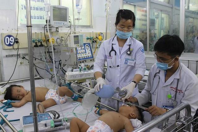 Dịch tay chân miệng tăng đột biến, một trẻ tử vong - Ảnh 1.