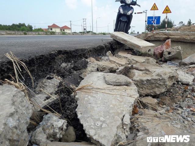 Cận cảnh xói lở kinh hoàng tại tuyến đường 1.440 tỷ đồng ở Quảng Nam - Ảnh 3.