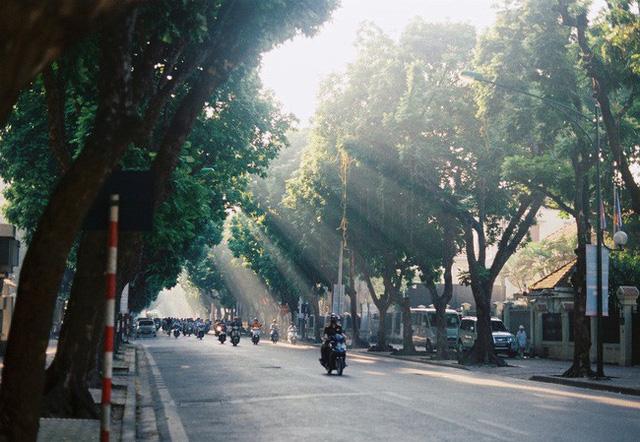 Có một Hà Nội rất khác những ngày này, bình yên và đẹp mơ màng trong nắng mùa thu - Ảnh 3.