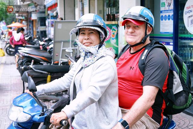 Cô tài xế xe ôm độc thân vui tính, thích chém tiếng Anh với khách Tây ở Bùi Viện: Không phải lúc nào hôn nhân cũng đem đến hạnh phúc - Ảnh 1.