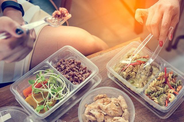 Những hóa chất rò rỉ từ nhựa vào thực phẩm gây hại thế nào đến sức khỏe? - Ảnh 1.