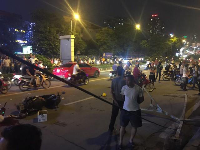 [NÓNG] Thanh sắt giàn giáo rơi xuống đường giờ cao điểm đè trúng 3 xe máy, 1 phụ nữ tử vong - Ảnh 1.