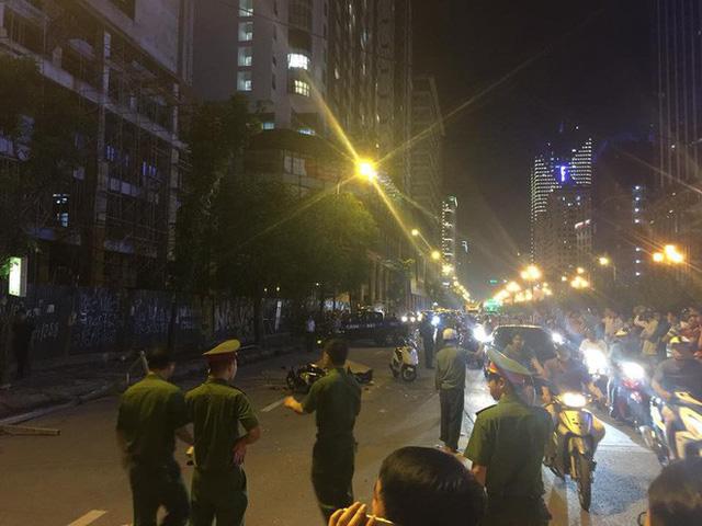 [NÓNG] Thanh sắt giàn giáo rơi xuống đường giờ cao điểm đè trúng 3 xe máy, 1 phụ nữ tử vong - Ảnh 4.