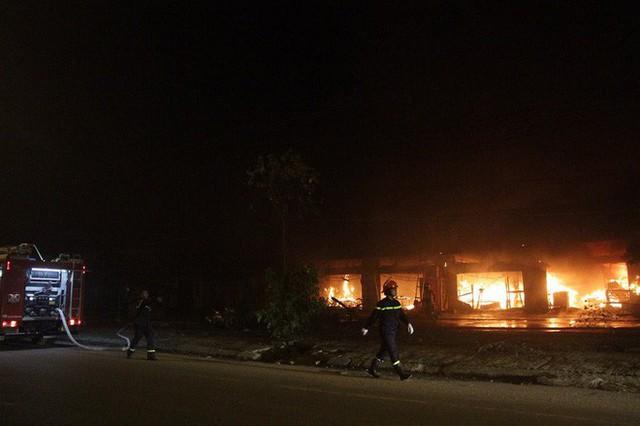 Hà Nội: Cả dãy ki-ốt bán hàng cháy ngùn ngụt, có nhiều tiếng nổ - Ảnh 1.