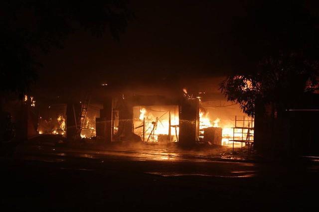 Hà Nội: Cả dãy ki-ốt bán hàng cháy ngùn ngụt, có nhiều tiếng nổ - Ảnh 2.