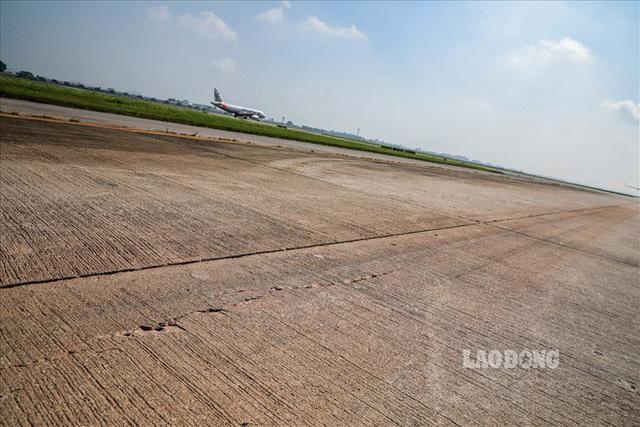 Chùm ảnh: Cận cảnh đường băng nay vá mai sứt ở sân bay Nội Bài - Ảnh 2.