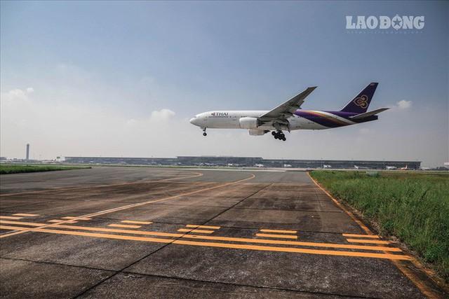 Chùm ảnh: Cận cảnh đường băng nay vá mai sứt ở sân bay Nội Bài - Ảnh 11.