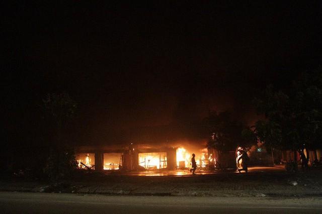 Hà Nội: Cả dãy ki-ốt bán hàng cháy ngùn ngụt, có nhiều tiếng nổ - Ảnh 3.
