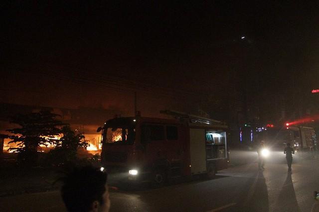 Hà Nội: Cả dãy ki-ốt bán hàng cháy ngùn ngụt, có nhiều tiếng nổ - Ảnh 4.