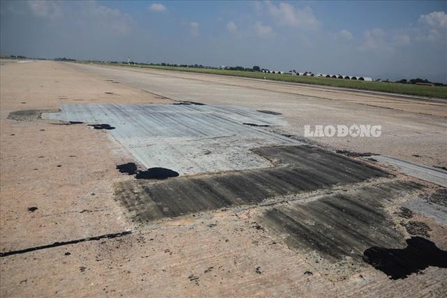 Chùm ảnh: Cận cảnh đường băng nay vá mai sứt ở sân bay Nội Bài - Ảnh 4.