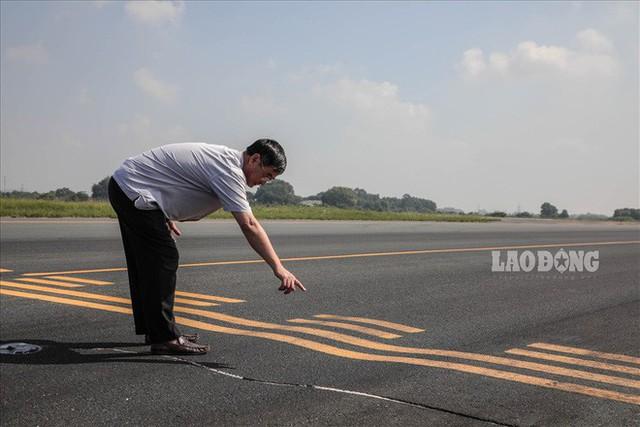 Chùm ảnh: Cận cảnh đường băng nay vá mai sứt ở sân bay Nội Bài - Ảnh 5.