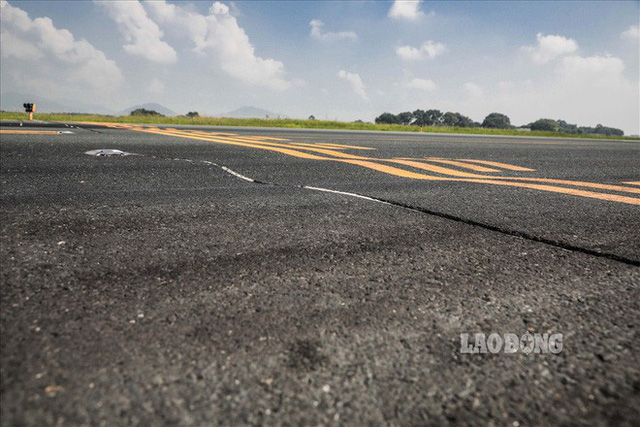 Chùm ảnh: Cận cảnh đường băng nay vá mai sứt ở sân bay Nội Bài - Ảnh 6.