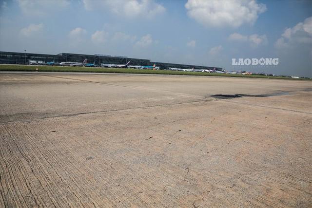 Chùm ảnh: Cận cảnh đường băng nay vá mai sứt ở sân bay Nội Bài - Ảnh 8.