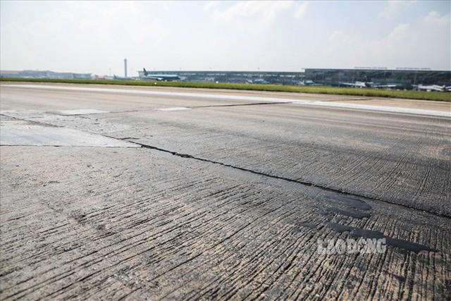 Chùm ảnh: Cận cảnh đường băng nay vá mai sứt ở sân bay Nội Bài - Ảnh 9.