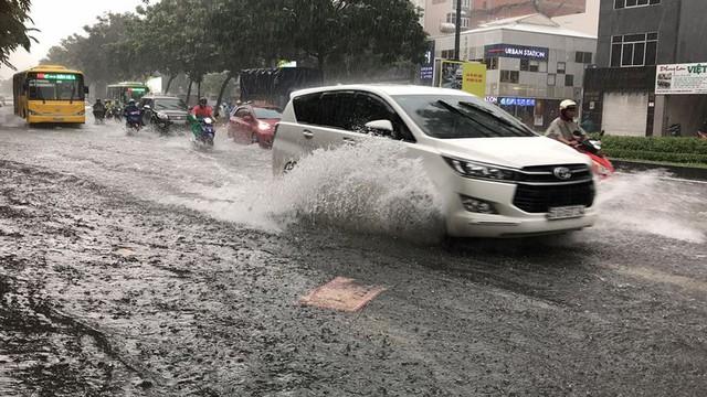 Cửa ngõ sân bay Tân Sơn Nhất ngập lút bánh xe trong cơn mưa lớn   - Ảnh 11.