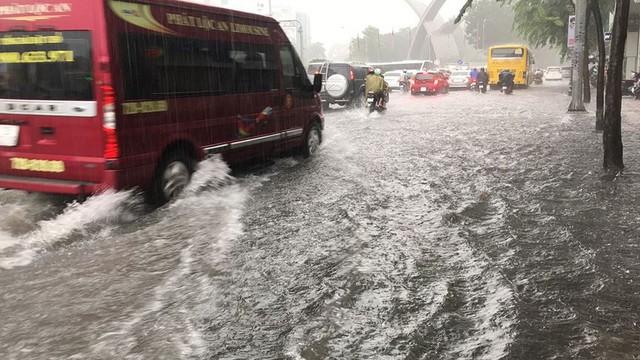 Cửa ngõ sân bay Tân Sơn Nhất ngập lút bánh xe trong cơn mưa lớn   - Ảnh 12.