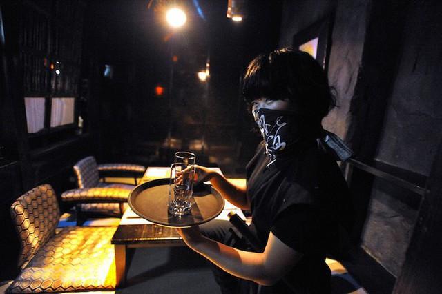 Vào quán ăn ở Nhật, nhiều người phải hoảng sợ vì gặp phải những tay ninja đầy sát khí - Ảnh 3.