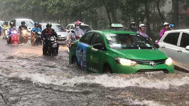 Cửa ngõ sân bay Tân Sơn Nhất ngập lút bánh xe trong cơn mưa lớn   - Ảnh 6.
