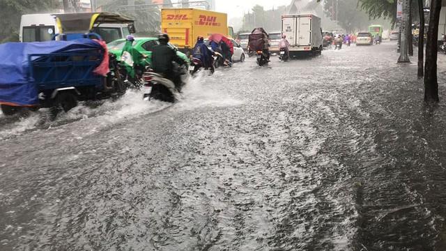 Cửa ngõ sân bay Tân Sơn Nhất ngập lút bánh xe trong cơn mưa lớn   - Ảnh 7.