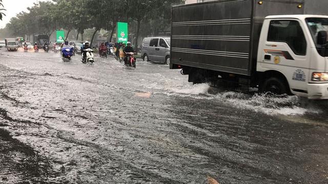 Cửa ngõ sân bay Tân Sơn Nhất ngập lút bánh xe trong cơn mưa lớn   - Ảnh 9.