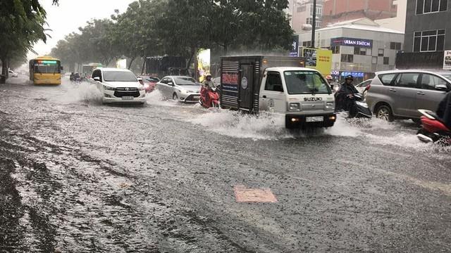 Cửa ngõ sân bay Tân Sơn Nhất ngập lút bánh xe trong cơn mưa lớn   - Ảnh 10.