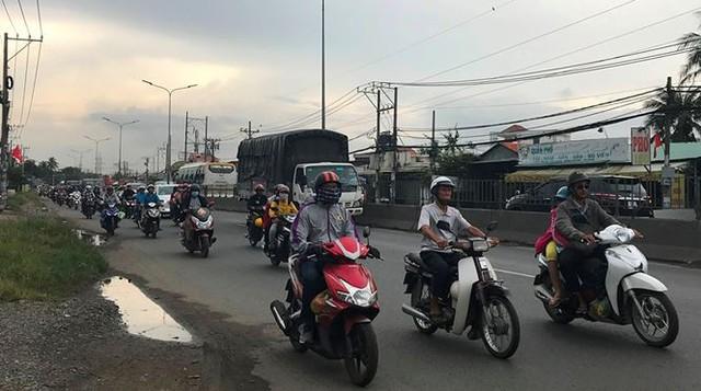 Người dân ùn ùn trở lại Sài Gòn sau lễ - Ảnh 1.