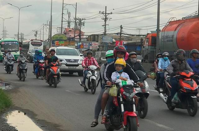 Người dân ùn ùn trở lại Sài Gòn sau lễ - Ảnh 2.